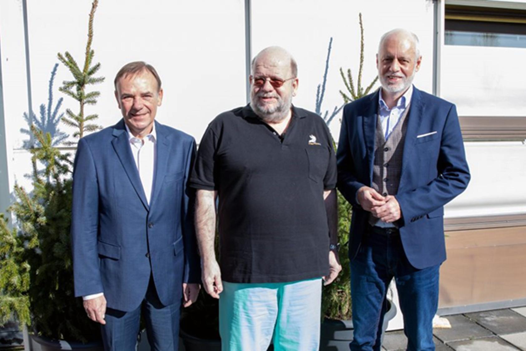 Bezirkschef Gerald Bischof, Friedrich Weiser und Gerald Bachinger (v. l. n. r.) freuen sich über die papierlose Ordination.